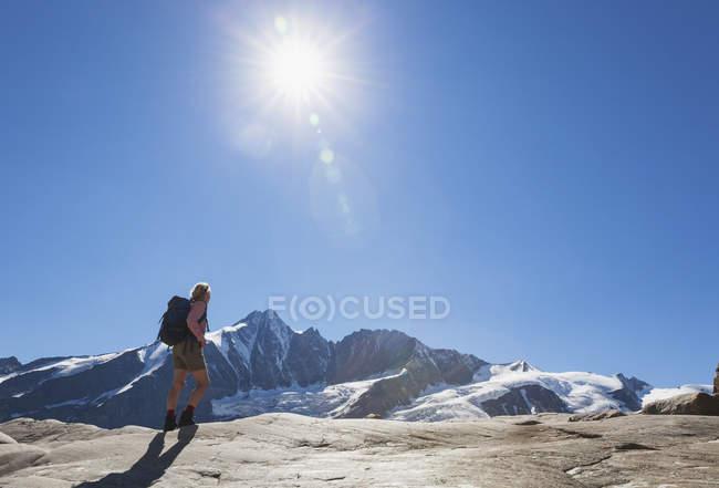 Österreich, Kärnten, Wanderin beobachtet Großglocknergipfel, Gletscher- und Hochalpengebiet, Hochtauernnationalpark — Stockfoto