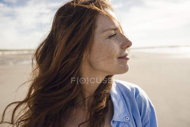 Retrato de uma mulher ruiva na praia — Fotografia de Stock