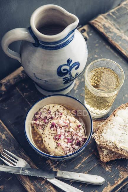 Стекло и банку гессианского сидра и миску ручного сыра — стоковое фото