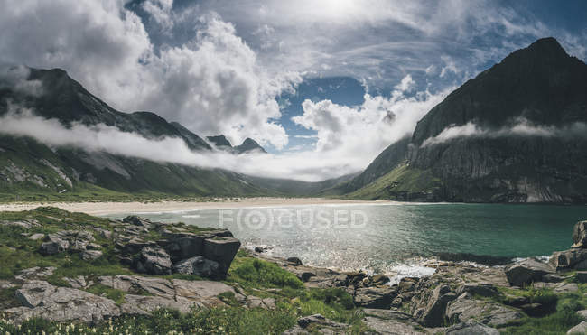Norway, Lofoten, Moskenesoy, Horseid Beach with mountains — Foto stock