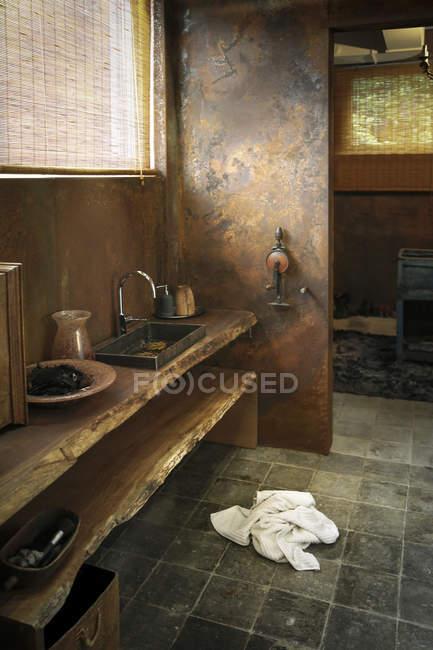 Современная ванная комната с облицовкой из стали — стоковое фото