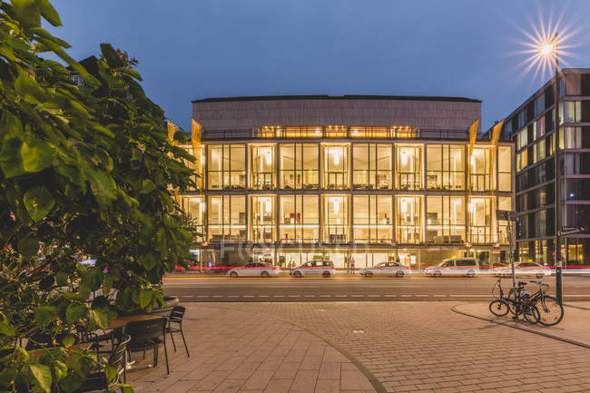 Germany, Hamburg, state opera at the evening - foto de stock