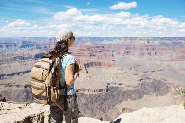 USA, Arizona, Grand Canyon National Park, Giovane donna con zaino esplorare e godersi il paesaggio — Foto stock