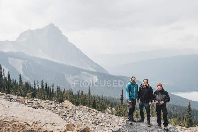 Canadá, Colúmbia Britânica, Parque Nacional Yoho, retrato de três caminhantes no Monte Burgess — Fotografia de Stock