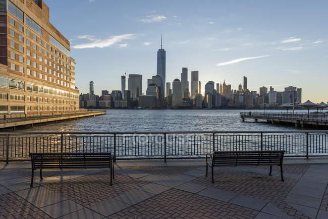 Estados Unidos, Nueva York, Manhattan, Nueva Jersey, paisaje urbano al atardecer - foto de stock