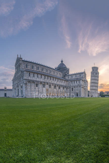 Italy, Tuscany, Pisa, View to Pisa Cathedral and Leaning Tower of Pisa from Piazza dei Miracoli at sunset — Stock Photo
