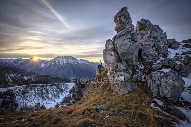 Германия, Бавария, Берсгаденские Альпы, Вид на Шнайдера, турист, сидящий на смотровой площадке на закате — стоковое фото