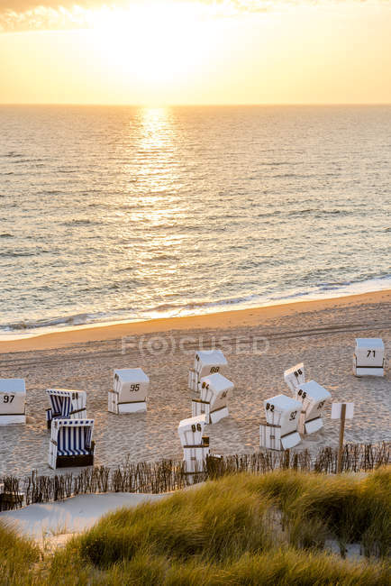 Germania, Schleswig-Holstein, Sylt, spiaggia e sedie a sdraio vuote al tramonto — Foto stock