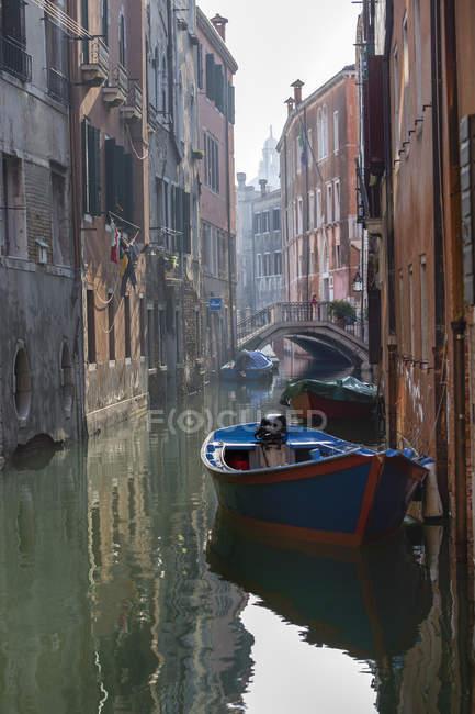 Италия, Венеция, лодки на канале — стоковое фото