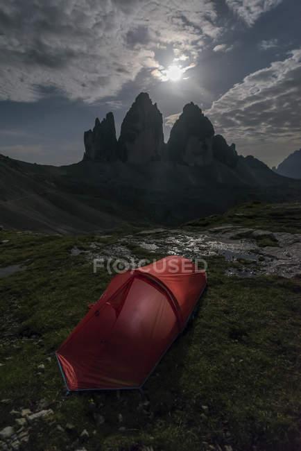 Italia, Sesto Dolomiti, Tre Cime di Lavaredo, Parco Naturale Tre Cime, tenda rossa in primo piano — Foto stock