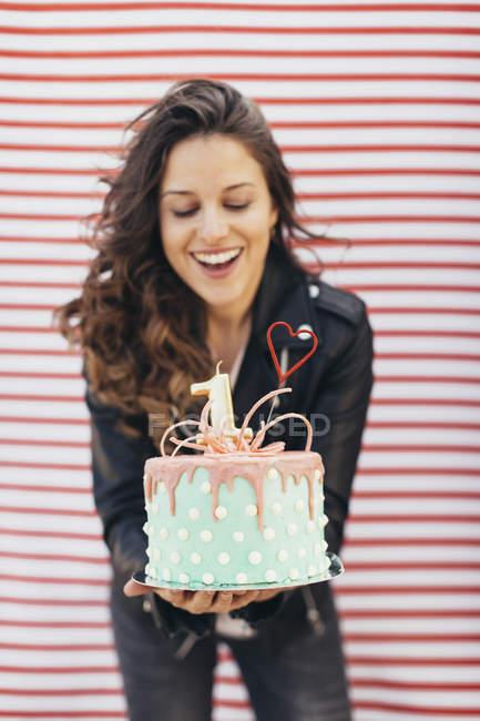 Frau überreicht Geburtstagstorte — Stockfoto