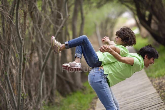 Счастливые мать и дочь веселятся на набережной — стоковое фото