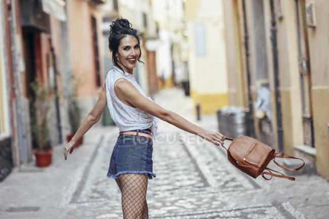 Дивна жінка з маленьким рюкзаком у місті. — стокове фото