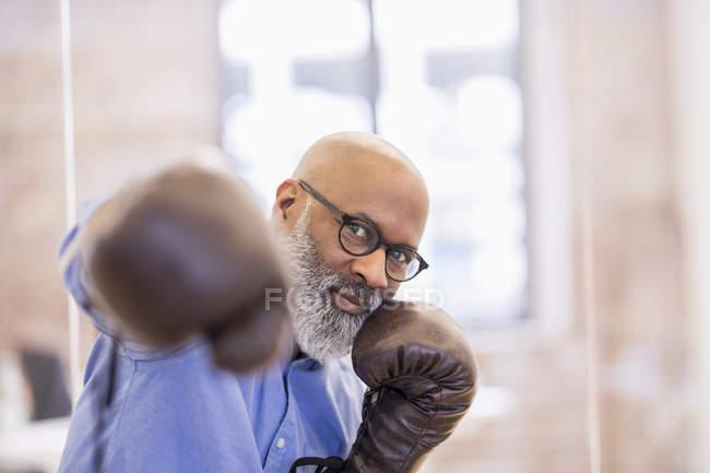 Портрет африканского американского бизнесмена в боксёрских перчатках — стоковое фото