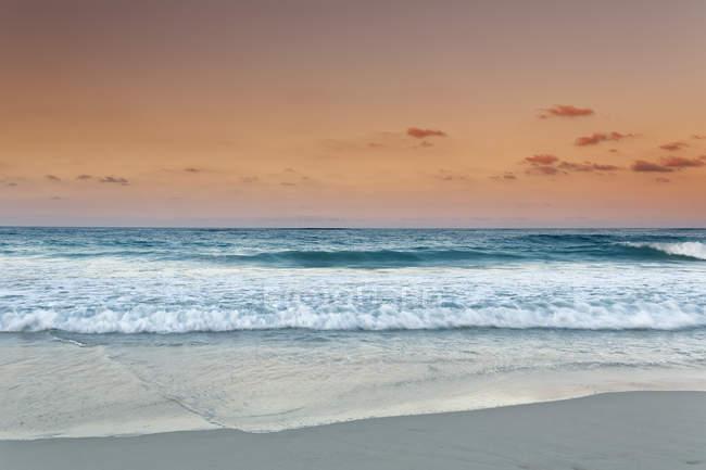 Caraïbes, République Dominicaine, Punta Cana, Playa Bavaro, vue sur la mer au coucher du soleil — Photo de stock