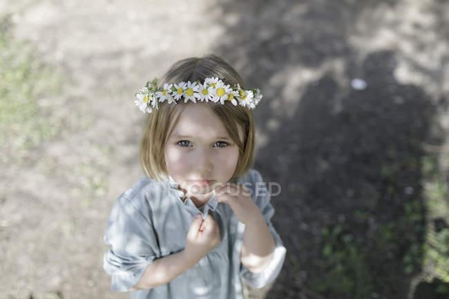 Портрет блондинки з квітами. — стокове фото