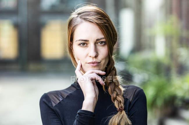 Retrato de mulher séria com trança — Fotografia de Stock