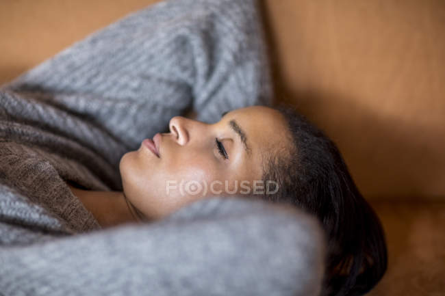 Портрет спящей молодой женщины на диване — стоковое фото