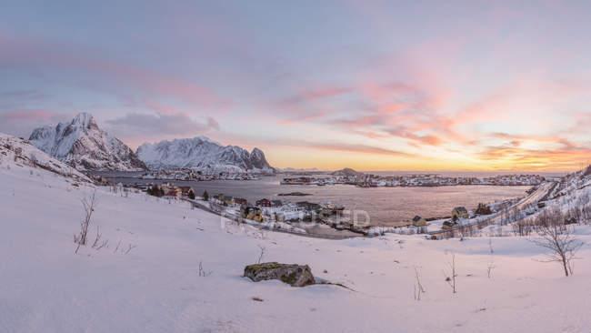 Norvège, Lofoten, Reine au coucher du soleil — Photo de stock