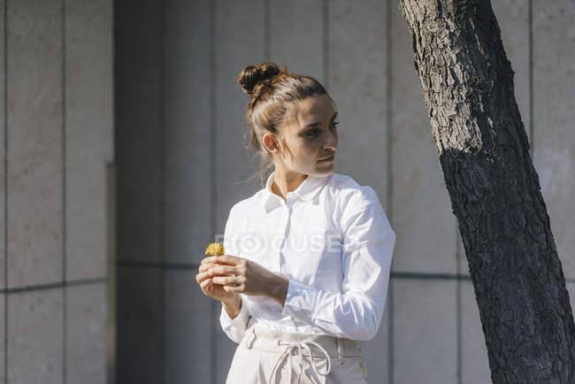 Junge Geschäftsfrau im Herbsturlaub und schaut weg — Stockfoto