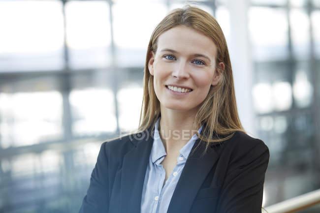 Retrato de una joven empresaria sonriente - foto de stock