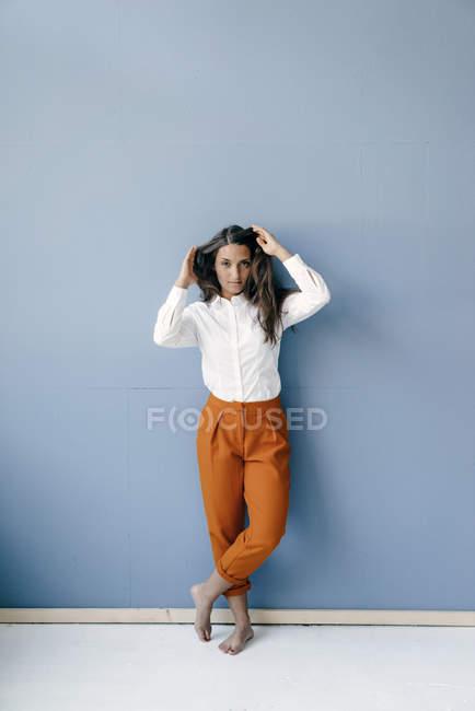Bella giovane donna con le mani nei capelli — Foto stock