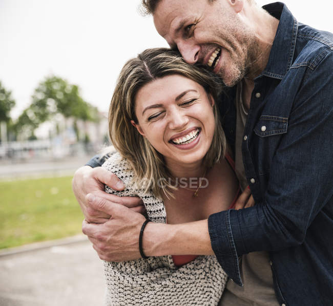 Couple heureux s'amuser à l'extérieur — Photo de stock