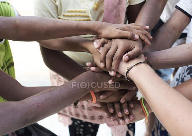 Група багатонаціональних людей, рук, разом — стокове фото