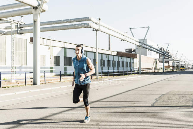 Junge Leichtathletin joggt in der Stadt — Stockfoto