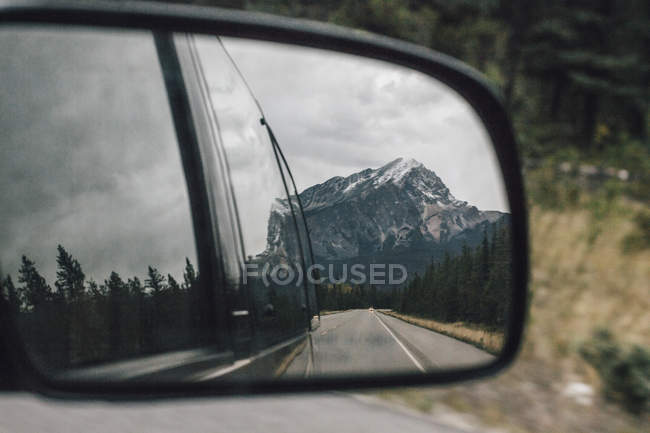 Canada, Alberta, Banff National Park, Rocky Mountains, Icefields Parkway, mirrored in wing mirror — стоковое фото