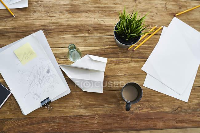 Papiers sur table en bois au bureau — Photo de stock