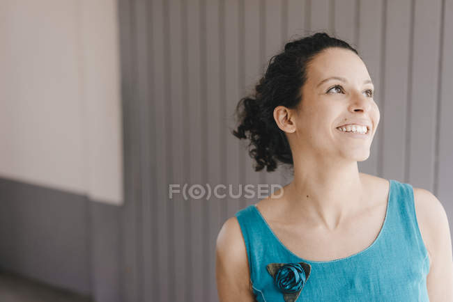 Retrato de uma mulher bonita, rindo — Fotografia de Stock