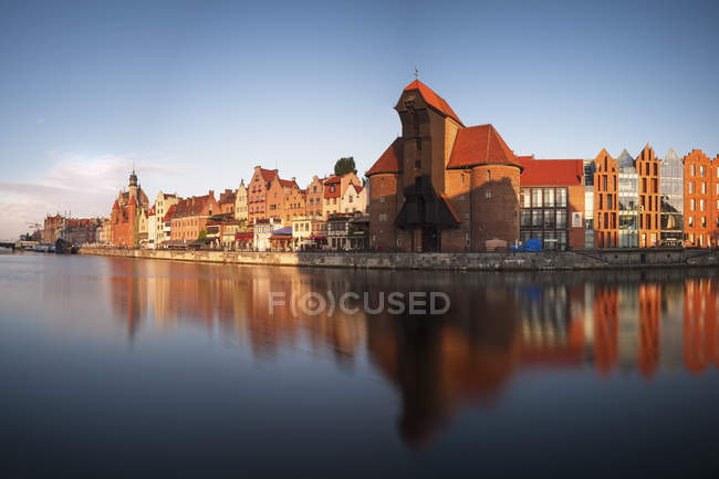 Poland, Gdansk, view to the historic old city with crane gate and Motlawa river - foto de stock