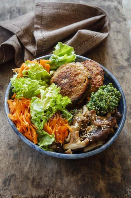 Bacia de Buddha, salada com cenoura, fritters do quinoa, cogumelos do shitake e pasta do Ramson — Fotografia de Stock