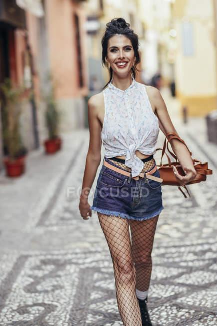 Porträt einer modischen Frau, die durch die Stadt läuft — Stockfoto