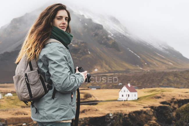 Islande, portrait d'un randonneur avec sac à dos et caméra — Photo de stock