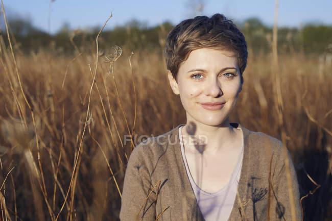 Ritratto di donna rilassata in natura — Foto stock