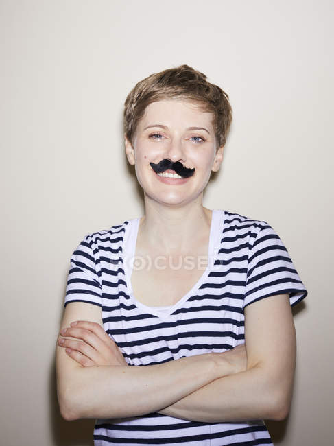 Verticale de femme blonde, cheveu court, moustache — Photo de stock