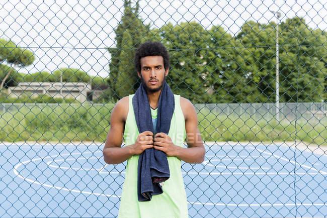 Молодой баскетболист с полотенцем — стоковое фото