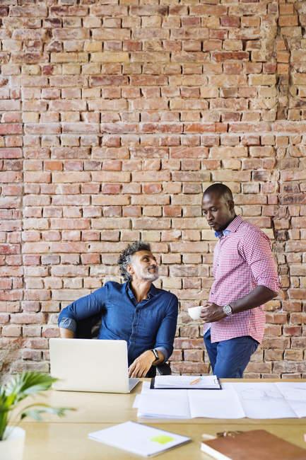 Бізнесмен в офісі, обговорюючи роботу — стокове фото