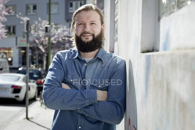 Портрет бородатого чоловіка у денімській сорочці. — стокове фото