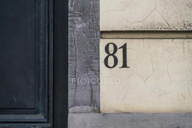 Закрыть номера домов на фасаде — стоковое фото