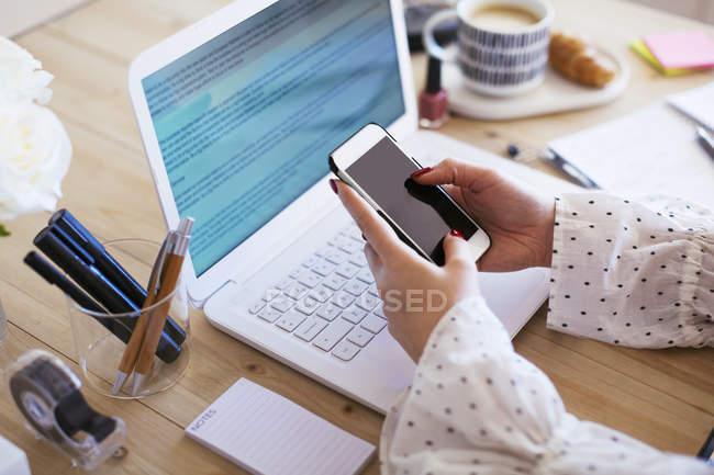 Mano della donna d'affari in possesso di smartphone — Foto stock