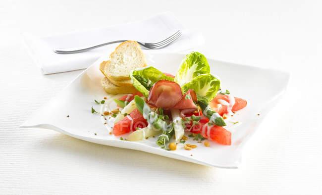 Кавун спаржа салат з шинкою — стокове фото