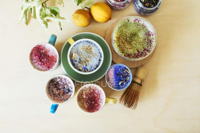 Накладные виды различных красочных напитков — стоковое фото