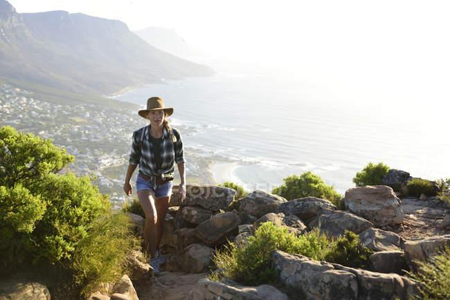 Sudáfrica, Ciudad del Cabo, mujer en viaje de senderismo a Lion 's Head - foto de stock