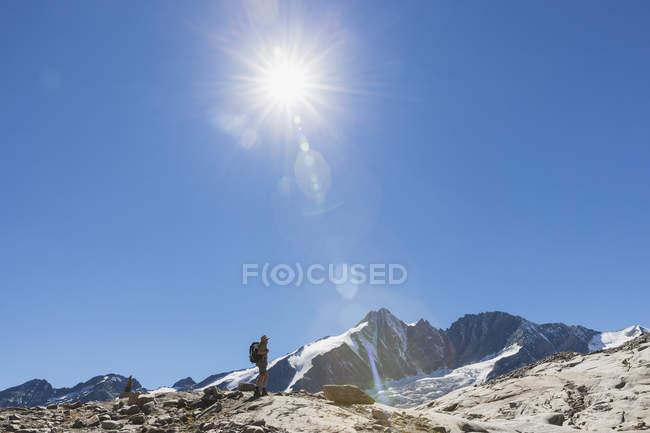 Австрія, Каринтія, мандрівник спостерігає за вершиною Гроссглокнера і високими альпійськими теренами. — стокове фото