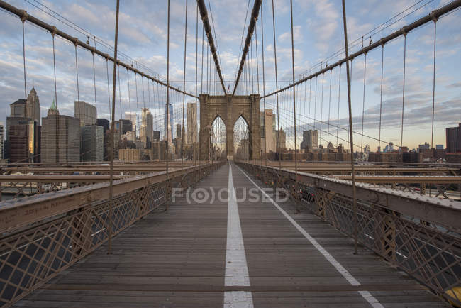 USA, New York, Brooklyn Bridge al tramonto — Foto stock