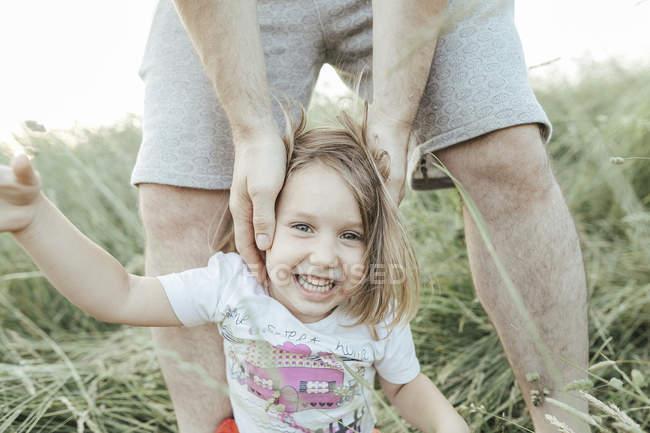 Portrait de heureuse petite fille avec père dans la nature — Photo de stock