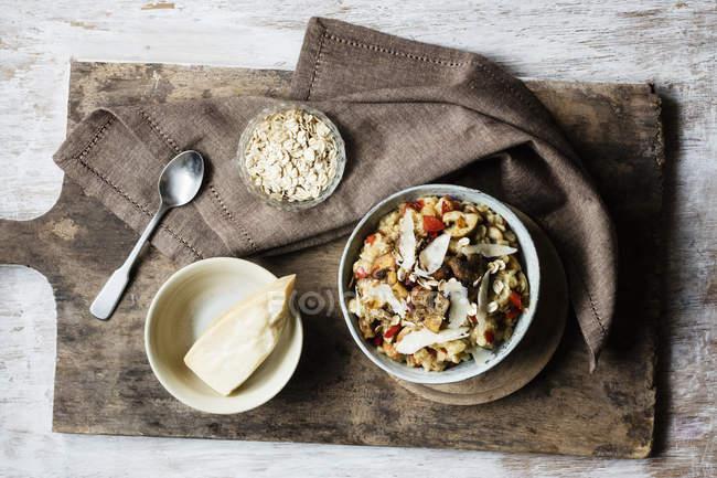 Bol de bouillie avec poivron, champignon et parmesan — Photo de stock